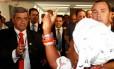 O deputados federal pastor Marco Feliciano (PSC-SP), ao centro, é hostilizado por manifestantes nos corredores da Câmara