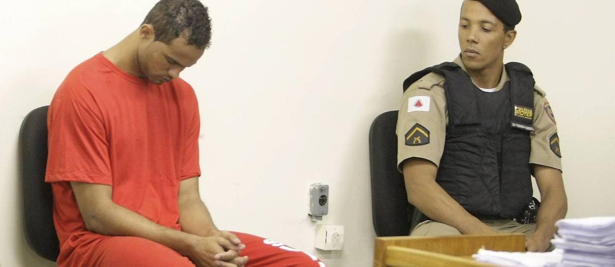 Bruno, ao lado de policial, no quarto dia de seu julgamento, em Minas. Ele foi condenado a 22 anos de prisão Foto: Fabiano Rocha / Agência O Globo