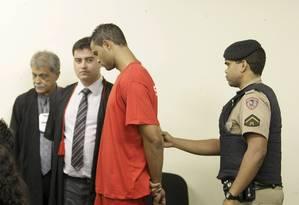 Goleiro Bruno na chegada à sala do Tribunal Júri de Contagem Foto: Fabiano Rocha / Agência O Globo