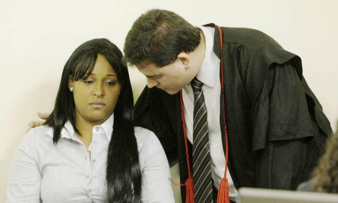 Advogado instrui Dayanne no julgamento Foto: Fabiano Rocha / Agência O Globo