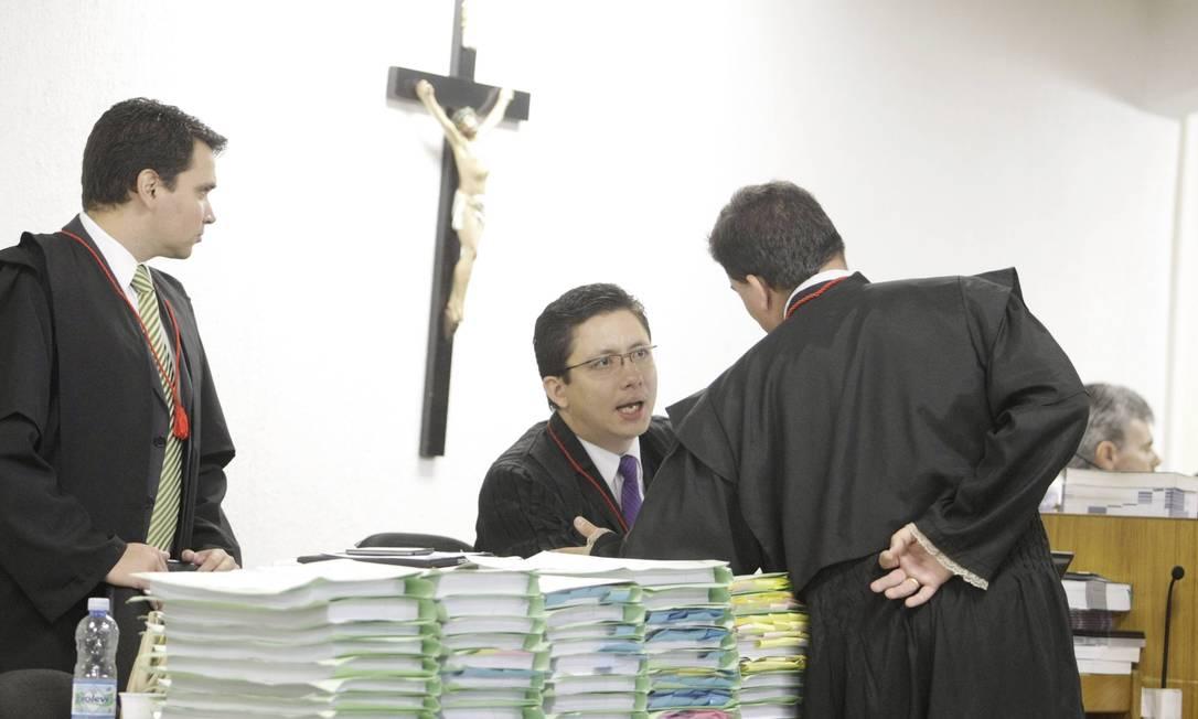 O promotor Henri Charles Vasconcelos (ao centro) no tribunal Foto: Fabiano Rocha / Agência O Globo