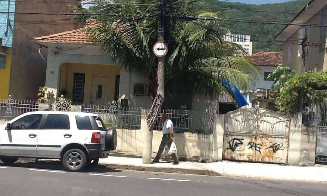 Caminhão se chocou contra o poste e provocou uma fissura, deixando as ferragens aparentes - Foto: Foto do leitor Caio Torres / Eu-Repórter