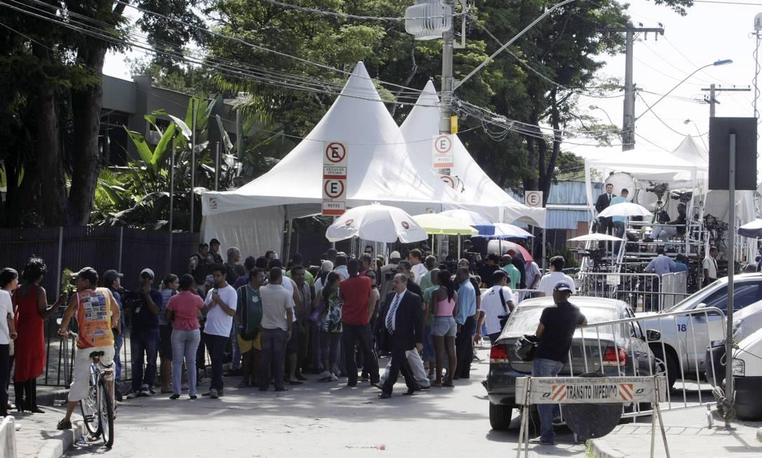 Movimentação de jornalistas e curiosos em frente ao Fórum de Contagem Foto: Fabiano Rocha / Agência O Globo