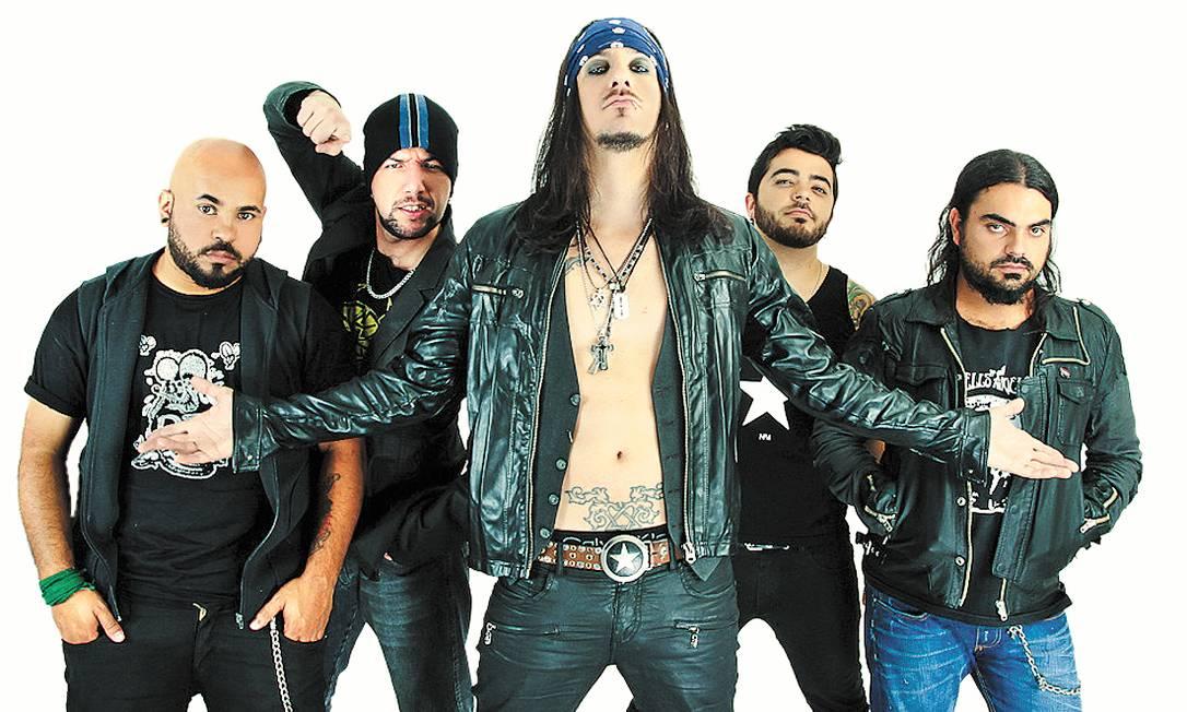 Cadu Pelegrini (à frente) e o Kiara: disco produzido em 2012 por Matt Sorum, ex-baterista do Guns N' Roses Foto: Terceiro / Divulgação/Guilherme Fernandes