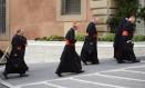 Cardeais Daniel Di Nardo, Donald Wuerl, William Levada, e Francis George chegam ao Vaticano para o quinto dia de reuniões pré-conclave Foto: DYLAN MARTINEZ / Reuters
