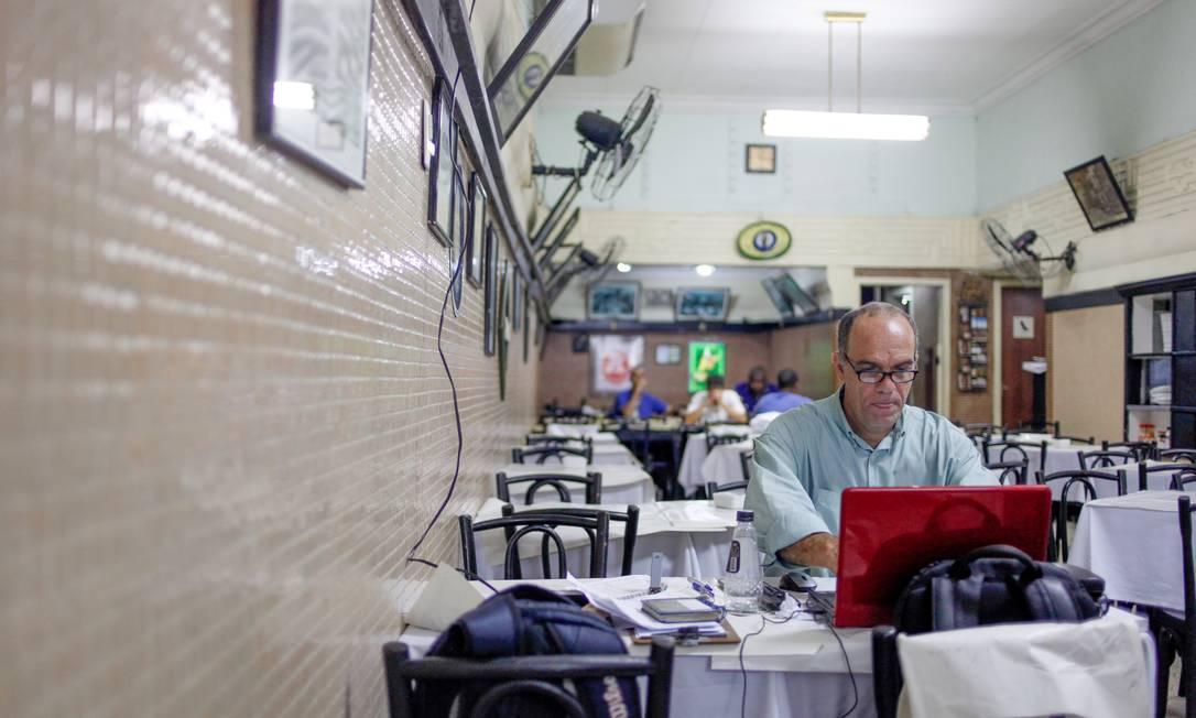RI 08/03/2013 - Manlio Vetorazzo, gerente operacional do Bar Luiz na rua da carioca. Foto Pedro Kirilos / Agencia O Globo Pedro Kirilos / Agência O Globo