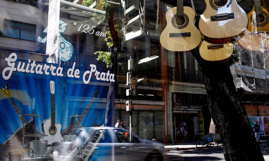 RI 06/03/2013 - Rua da Carioca no centro da cidade, teve diversos conjuntos e casaroes comprados pelo banco opportunity. Lojas centenarias estao correndo o risco de fecharem as portas. Foto Pedro Kirilos / Agencia O GLobo Pedro Kirilos / Agência O Globo