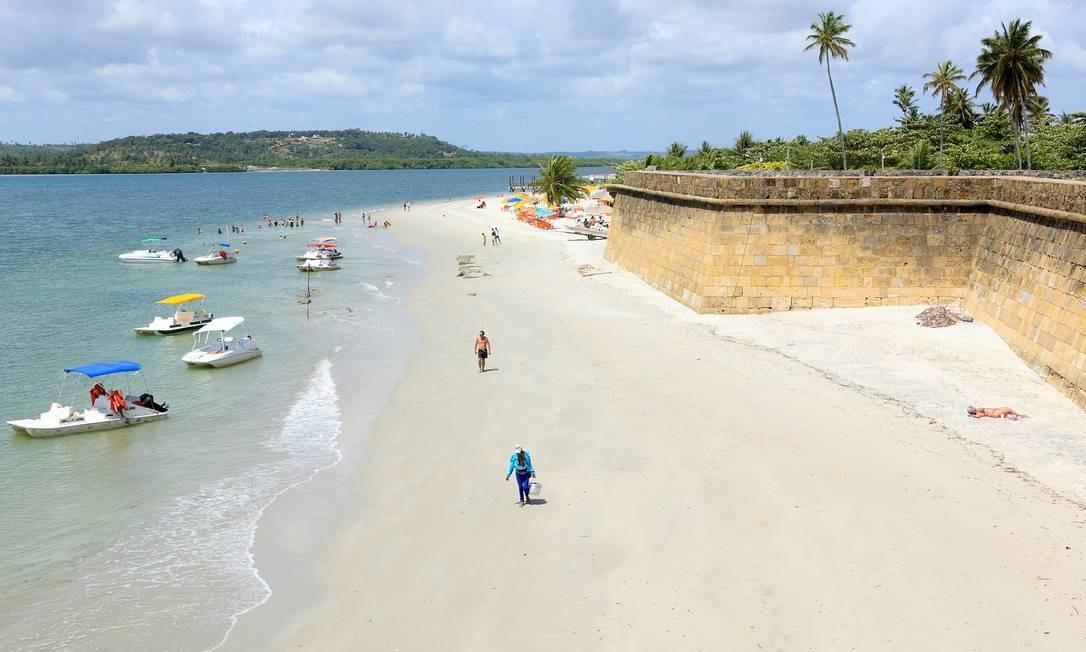 Beleza natural e história se misturam na ilha de Itamaracá, em Pernanbuco. Lá está o forte Orange, fundado pelos holandeses em 1631. Foto: Hans von Manteuffel / O Globo