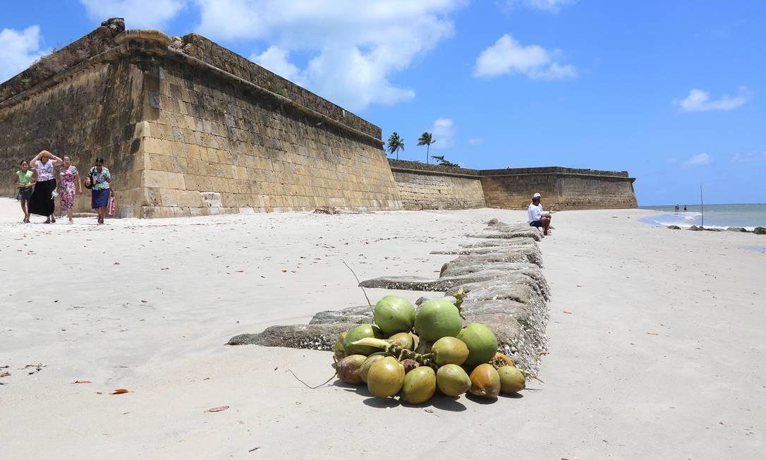 A praia do Forte Orange é uma das mais populares de Itamaracá e ponto de partida de uma série de passeios de barco pela região. Foto: Hans von Manteuffel / O Globo