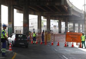 Operadores de trânsito indicam o caminho no primeiro dia de fechamento da Avenida Rodrigues Alves Foto: Pablo Jacob / O Globo