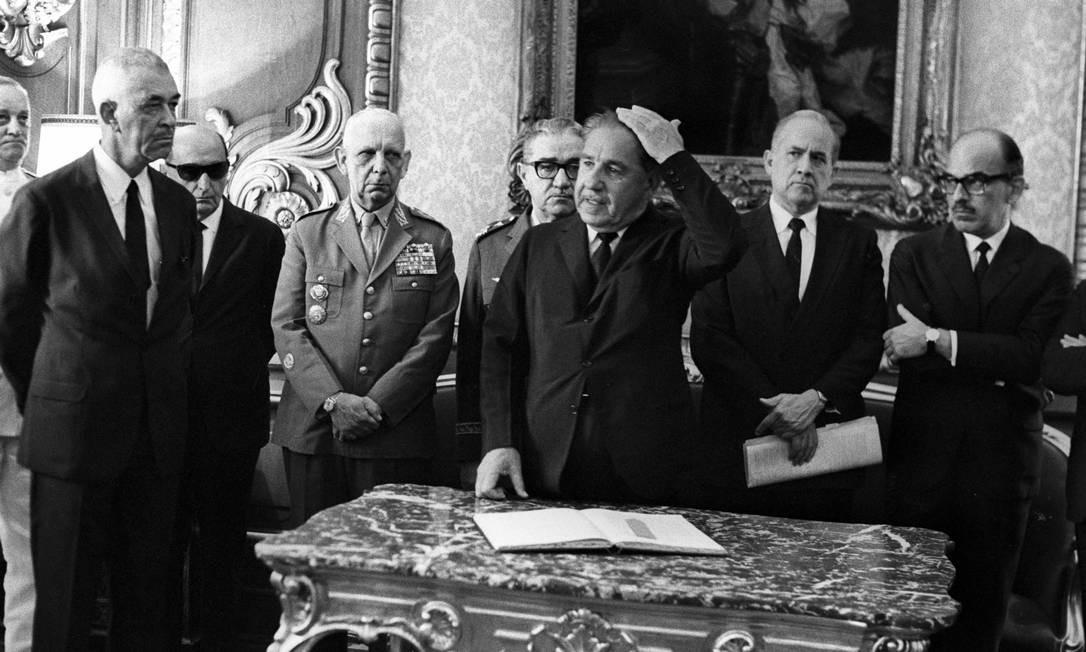 Espião-mor: general Carlos Alberto Fontoura, à esquerda, é empossado chefe do SNI pelo presidente Costa e Silva Foto: Arquivo/14-4-1969