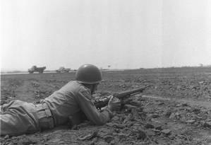 Soldado em posição de combate em Brasília Foto: Arquivo/13-9-1963