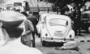 Corpo de Albert Henning Boilesen, ao lado do Fusca, após ser morto a tiros em São Paulo: empresário defendia ajuda financeira e logística ao aparato da repressão política Foto: Reprodução