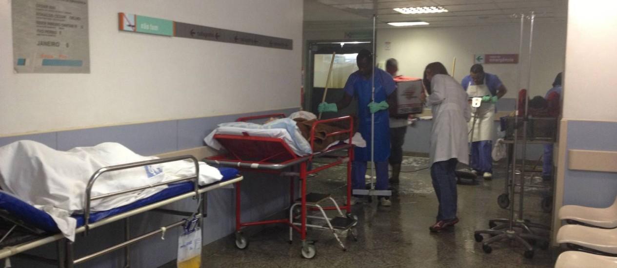 Pacientes aguardam atendimento no corredor do Hospital Getúlio Vargas Foto: Vera Araújo / O Globo