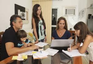 Odil Teles, com o filho Lucas, a mulher Beatriz e as filhas Nathalia e Giovanna do primeiro casamento Foto: Alexandre Cassiano / Agência O Globo