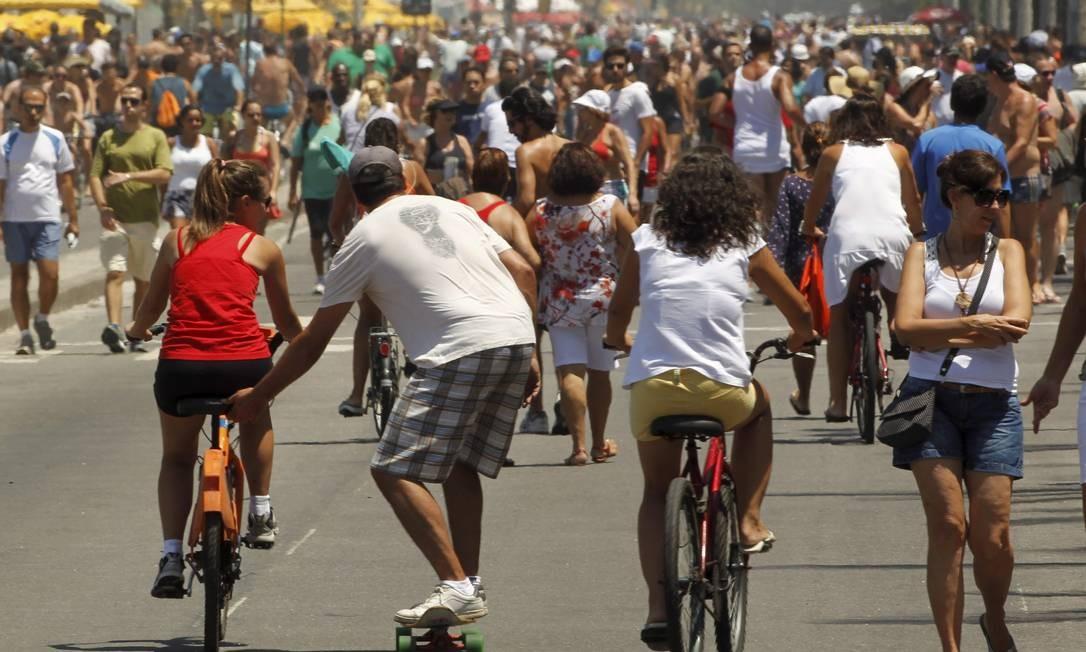 Pedestres, corredores, ciclistas e skatistas se misturam na área de lazer lotada de Avenida Vieira Souto, em Ipanema: mesmo quando há regras, elas não são obedecidas, e não existe punição para os infratores Foto: Marcelo Carnaval / O Globo