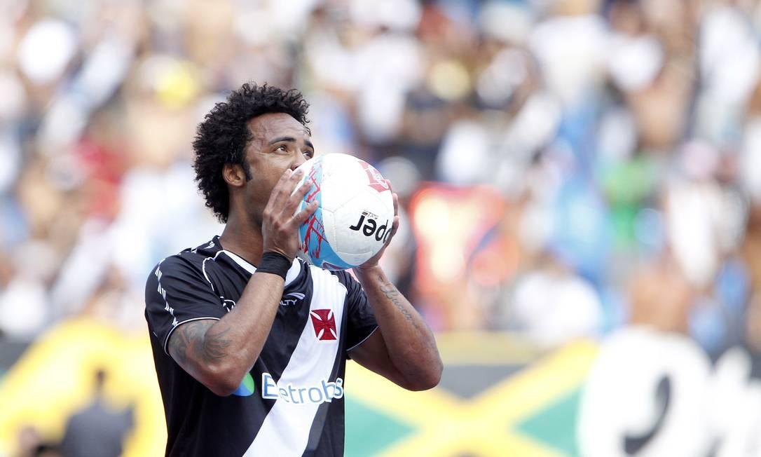 Carlos Alberto morde a bola, lamentando-se pelo gol claro que perdeu embaixo da trave, aos 9 minutos do primeiro tempo Foto: Ivo Gonzalez / Agência O Globo