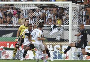 Lucas (2) bate de primeira para marcar o gol do título: Botafogo 1 a 0 no Vasco e campeão da Taça Guanabara Foto: Alexandre Cassiano / Agência O Globo