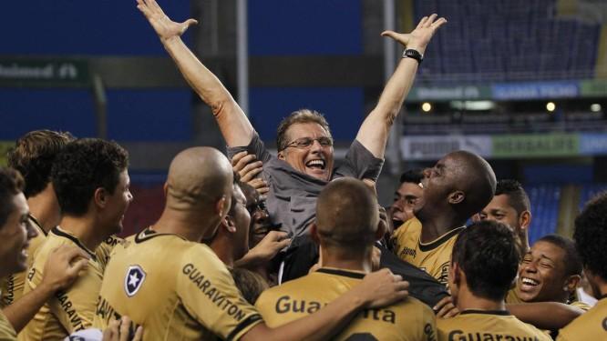 Oswaldo de Oliveira é festejado pelos jogadores após o título do Botafogo Foto: Ivo Gonzalez / Agência O Globo