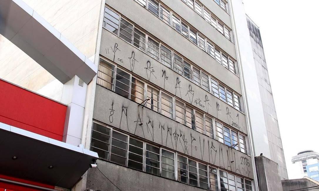Prédio do INSS comprado em Curitiba: governo ainda discute a viabilidade da área para habitação Foto: Roberto Corradini