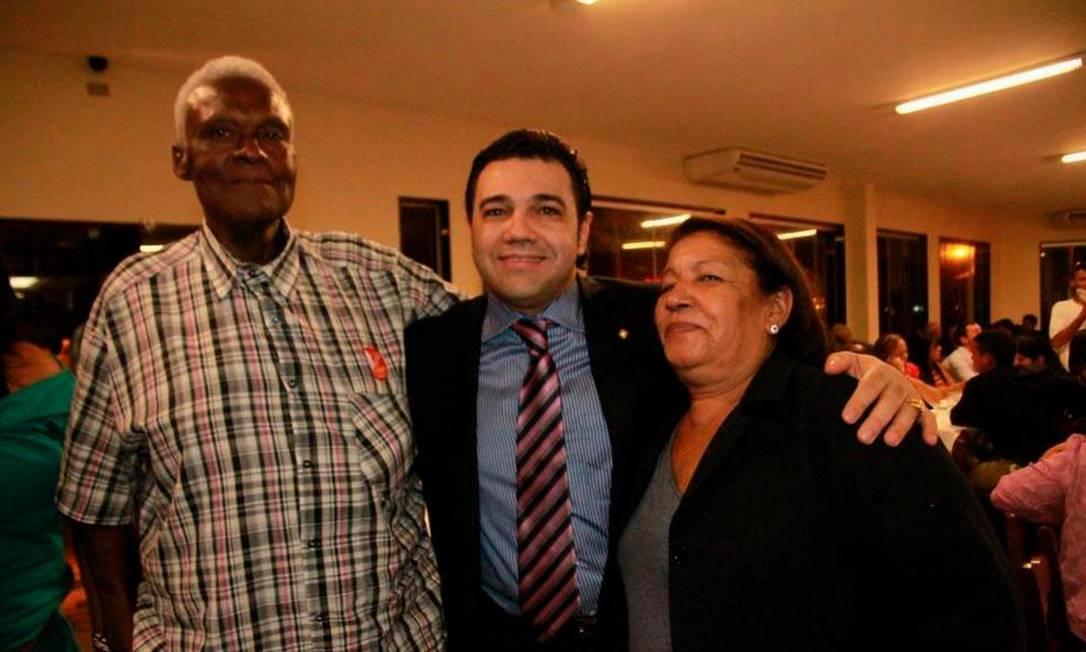 Acusado de racismo, Feliciano postou foto abraçado à mãe e ao padrasto Foto: Facebook / Reprodução