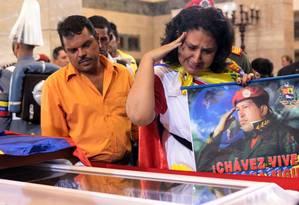 Partidários de Chávez visitam o corpo do líder na Academia Militar Foto: -- / AFP