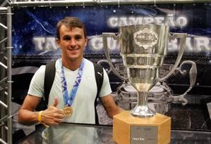 Lucas posa para fotos ao lado do troféu da Taça Guanabara na festa organizada pelo Botafogo no Engenhão Foto: Bruno Gonzalez / Extra
