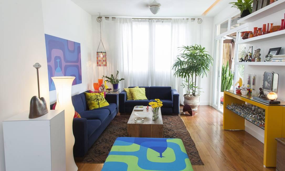 Sala De Estar Com Azul Marinho ~ Na sala de estar, um boa composição de cores, com sofá azul escuro