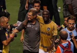 Seedorf abraçado ao técnico Oswaldo de Oliveira após a conquista do título. Liderança importante em campo Foto: Pedro Kirilos / O Globo
