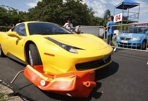 A Ferrari que atropelou três pessoas durante o evento. Nenhuma delas ficou em estado grave Foto: Márcio Alves / Agência O Globo