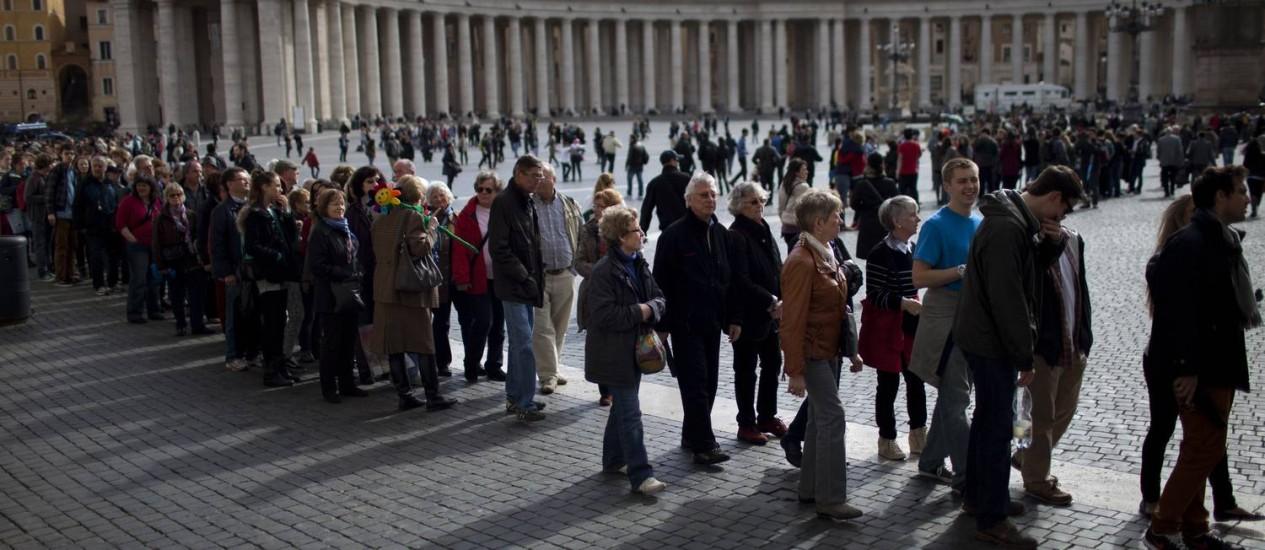 Visitantes fazem fila para entrar na Basílica de São Pedro Foto: Emilio Morenatti / AP