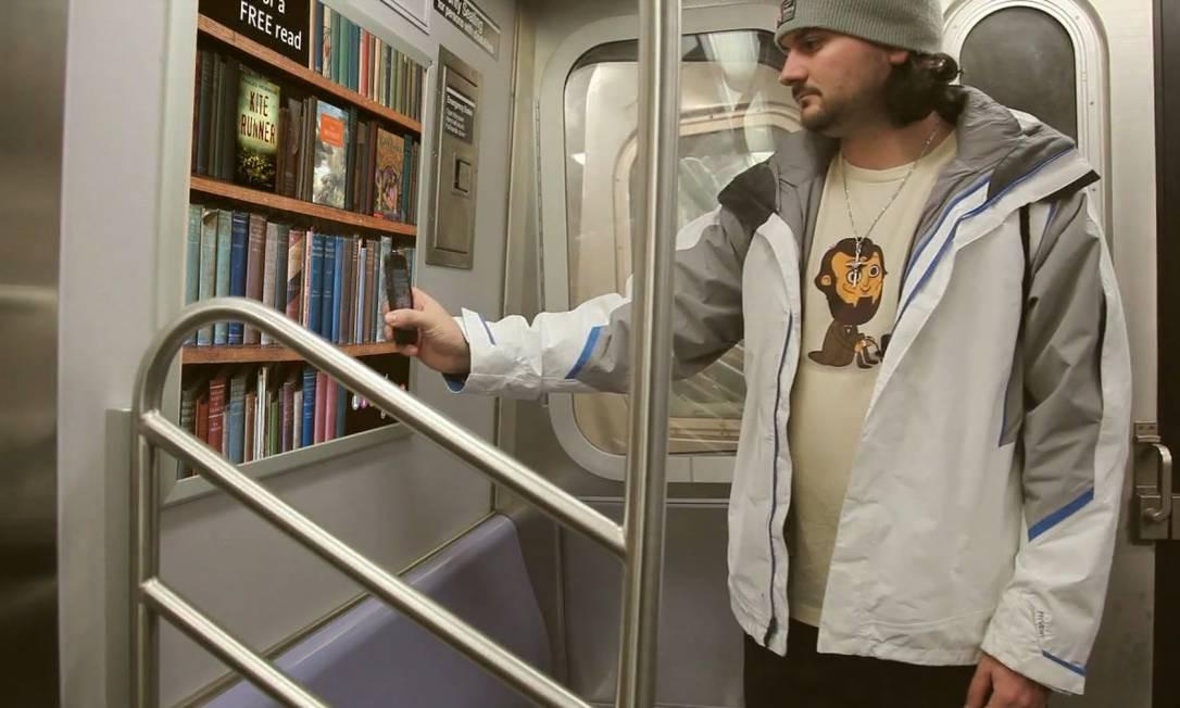 O usuário aproxima seu smartphone de um sensor NFC e baixa as primeiras 10 páginas de um livro de sua escolha Foto: Divulgação