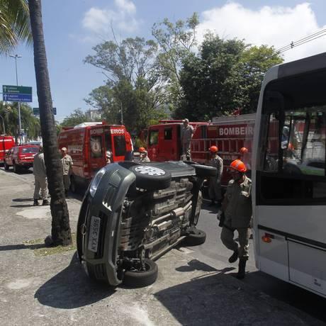 Carro capota após bater em ônibus na Avenida Borges de Medeiros, na Lagoa. Trânsito ficou parcialmente interditado Foto: Marcelo Carnaval / O Globo