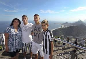 Gabriel visita o Pão de Açúcar com a mãe, Rosemary, o pai, Edemilson, e o irmão Guilherme Foto: Alexandre Cassiano / Agência O Globo