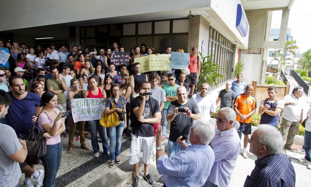 Paralisação. Estudantes e professores em greve participam de um ato na Gama Filho, em Piedade: para alunos como Diogo Fuser (acima), o medo é o de não poder se formar Foto: Guito Moreto/11-3-2013 / O Globo