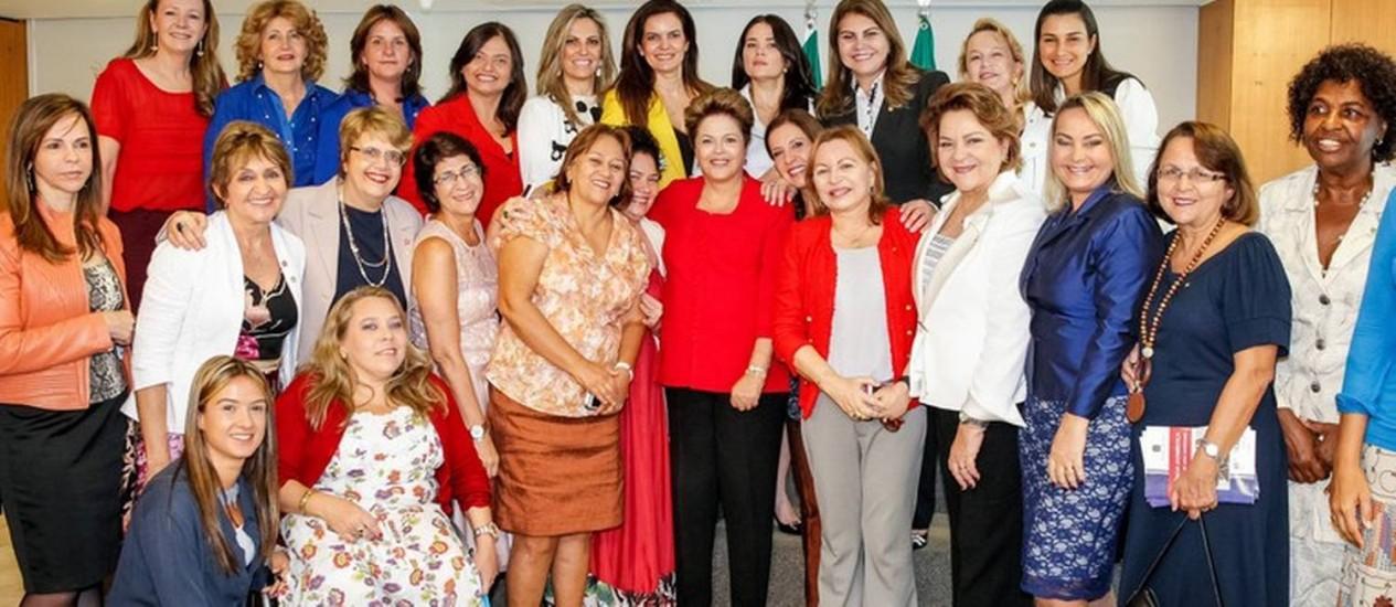 Dilma posa para foto com a comissão de mulheres parlamentares federais no início da cerimônia de lançamento do programa Mulher: Viver Sem Violência Foto: Presidência da República / Roberto Stuckert Filho