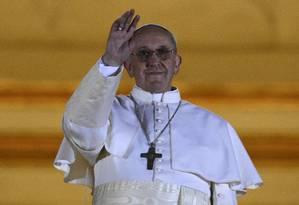 O cardeal Jorge Mario Bergoglio, da Argentina, agora Papa Francisco, acena para a multidão na Praça São Pedro Foto: DYLAN MARTINEZ / REUTERS