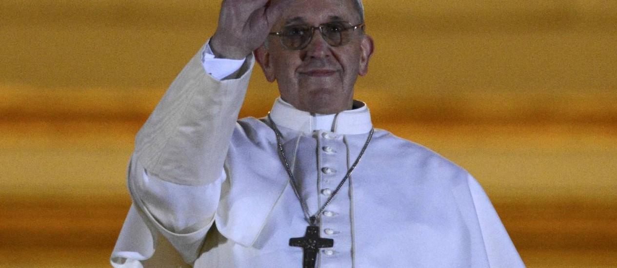 O Papa eleito Jorge Mario Bergoglio acena para a multidão na sacada da Basílica de São Pedro Foto: DYLAN MARTINEZ / REUTERS