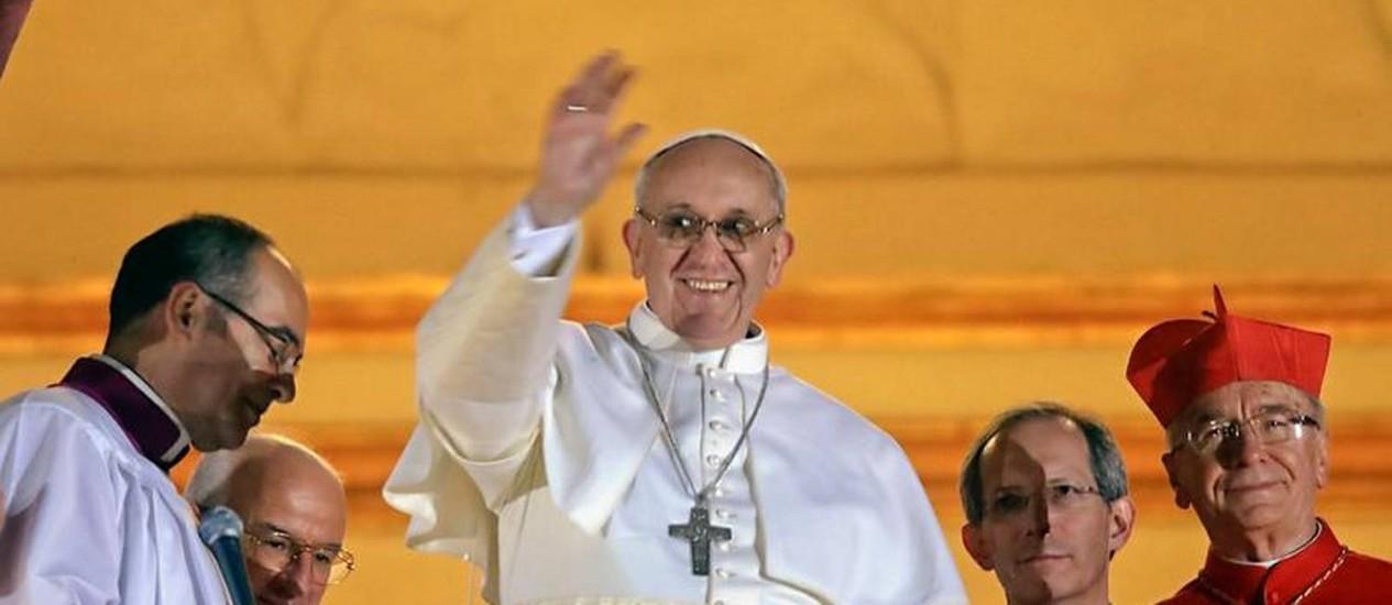 O argentino Jorge Mario Bergoglio, ao lado do cardeal brasileiro dom Claudio Hummes, acena, da sacada do Vaticano, para a multidão reunida na Praça de São Pedro após ser eleito Papa Francisco Foto: AP