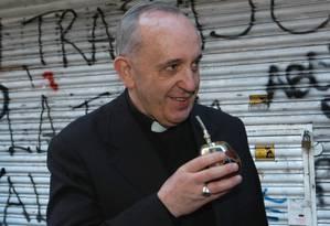 O novo Papa, Bergoglio, bebe o tradicional mate em Buenos Aires, em foto de arquivo Foto: Luciano Thieberger / AP