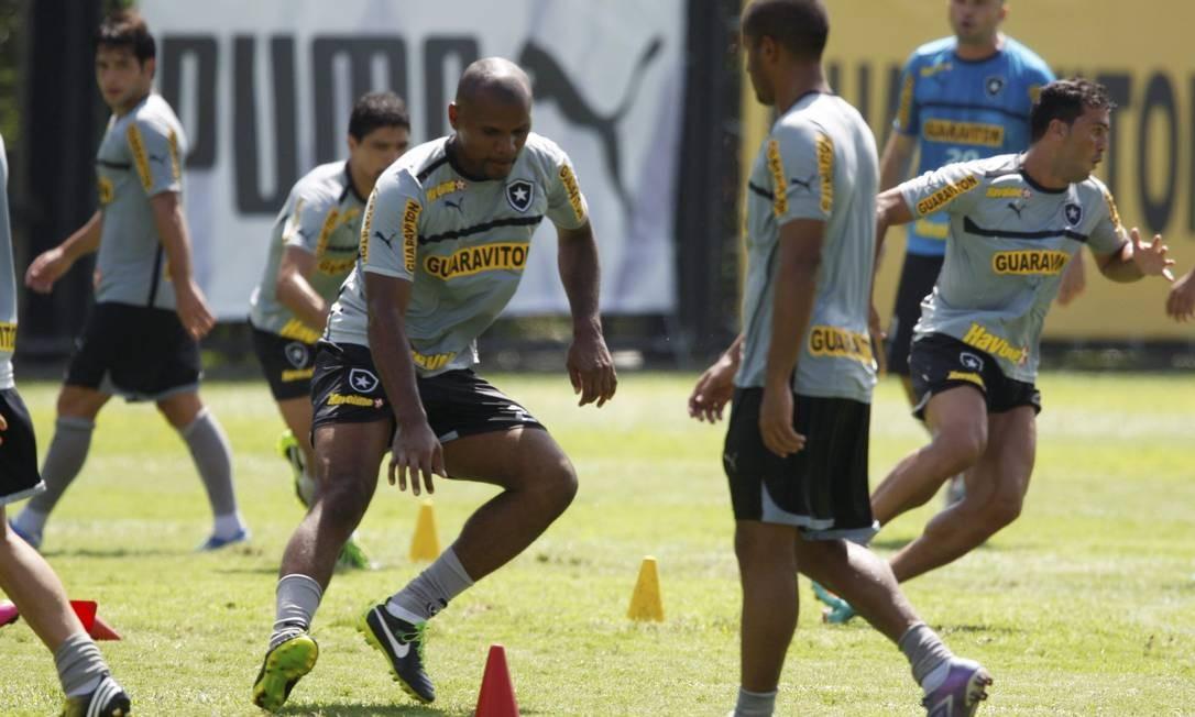 Jefferson faz exercício em treino do Botafogo. Goleiro foi campeão carioca em 2010 Foto: Marcos Tristão / Agência O Globo