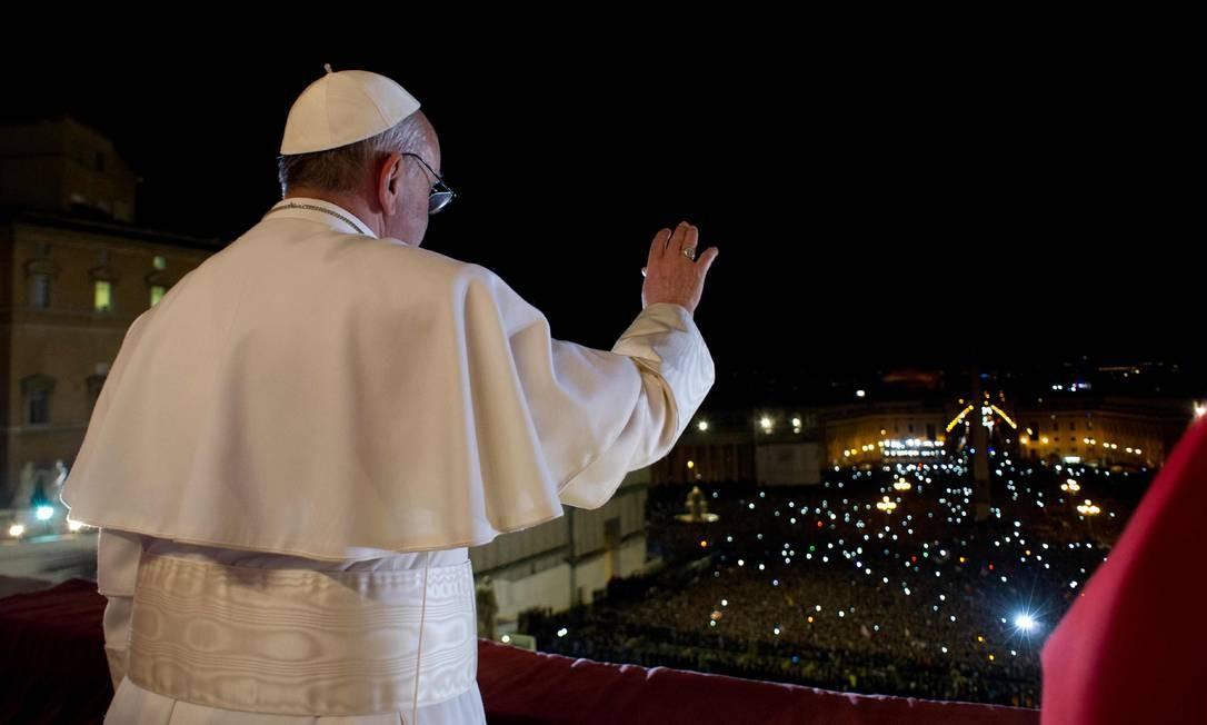 O Papa Francisco saúda os fiéis no Vaticano Foto: OSSERVATORE ROMANO / REUTERS