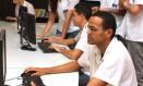 Alunos utilizam um dos terminais de computadores da escola Foto: Bia Guedes / Agência O Globo