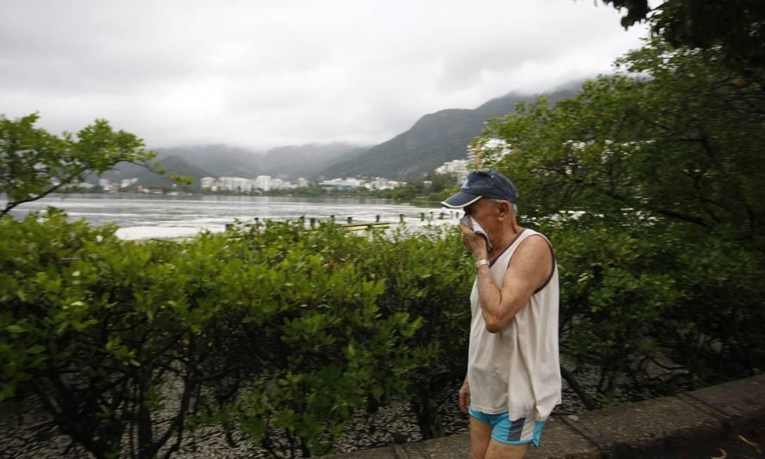 Idoso tapa o nariz para não sentir o mau cheiro Foto: Hudson Pontes / Agência O Globo