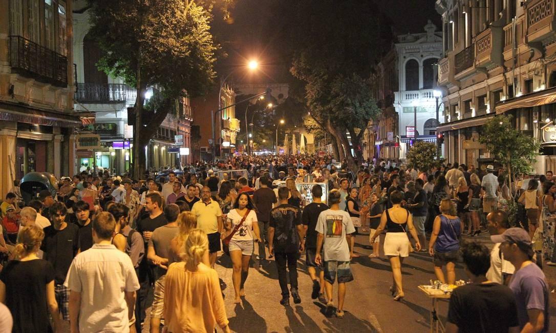 Avenida Mem de Sá tomada por pedestres numa noite de fim de semana, a partir da próxima semana via não será mais bloqueada aos veículos Foto: Carlos Ivan / O Globo
