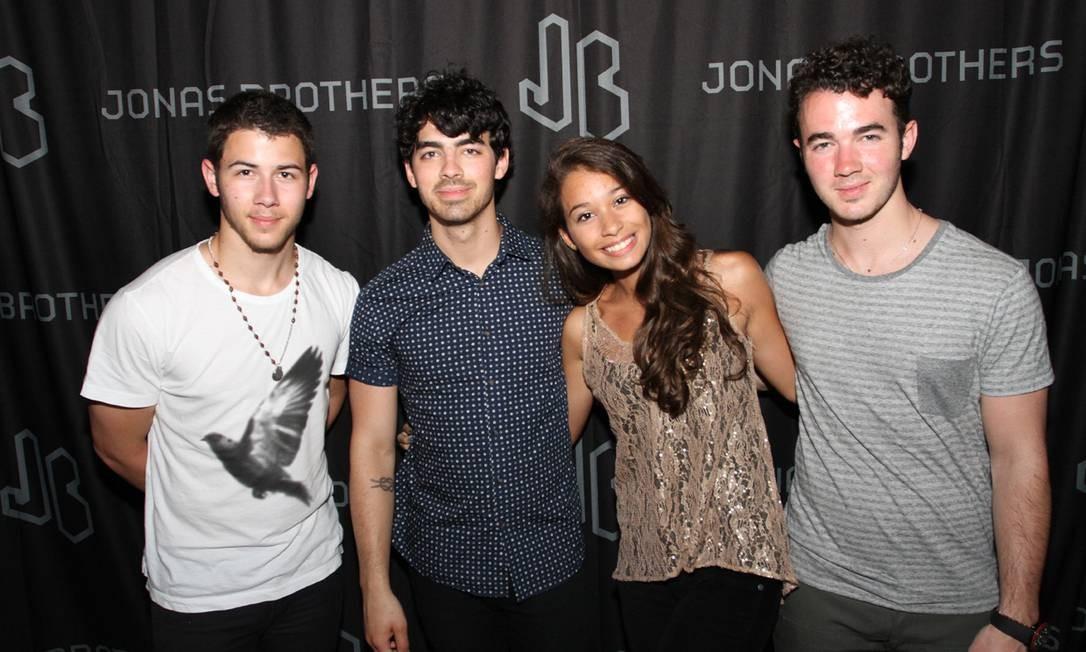 Ana Clara Copelli posa com os Jonas Brothers antes do show no Rio, na última terça-feira (12) Foto: Divulgação
