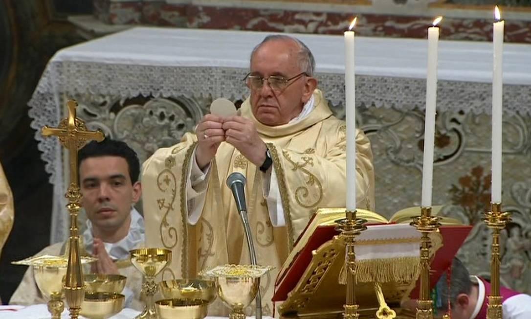 O Papa Francisco abençoa a hóstia em sua primeira missa como Sumo Pontífice Foto: CTV / AP
