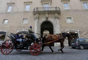 Carruagem passa pela entrada do hotel Domus Internationalis Paulus VI, onde Jorge Mario Bergoglio ficou hospedado antes do conclave Foto: Dmitry Lovetsky / AP