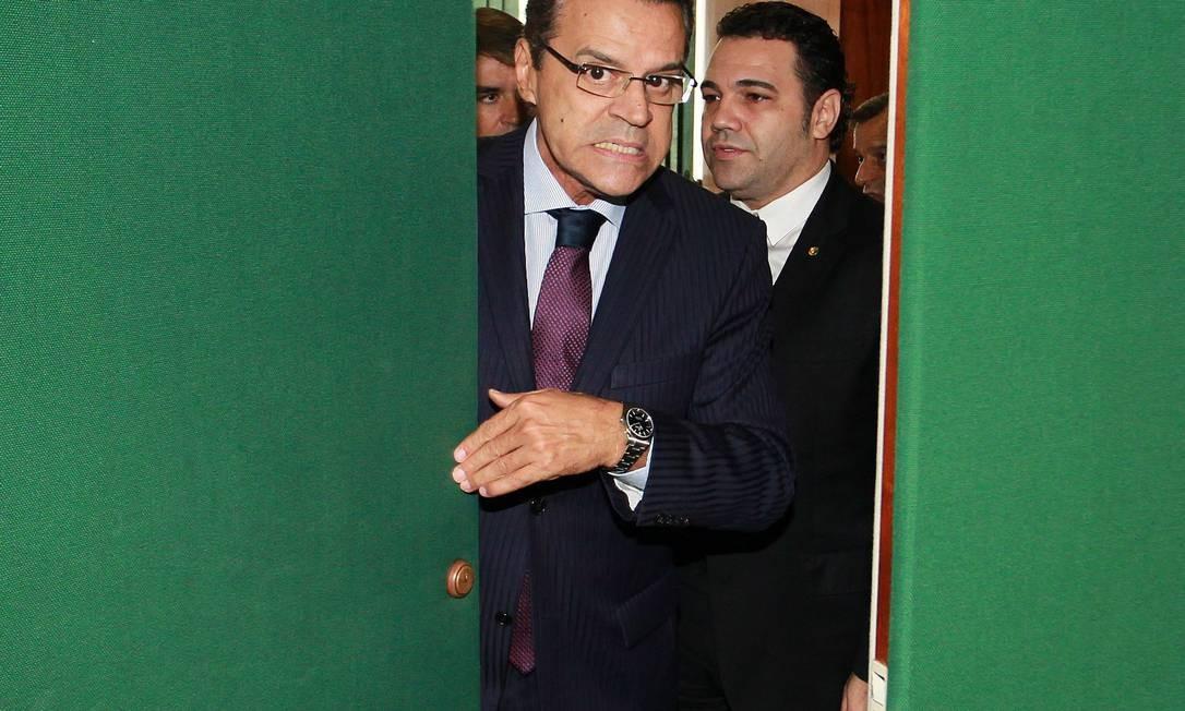 Presidente da Câmara, Henrique Alves, sai de reunião com o pastor Marcos Feliciano Foto: Ailton de Freitas / Agência O Globo