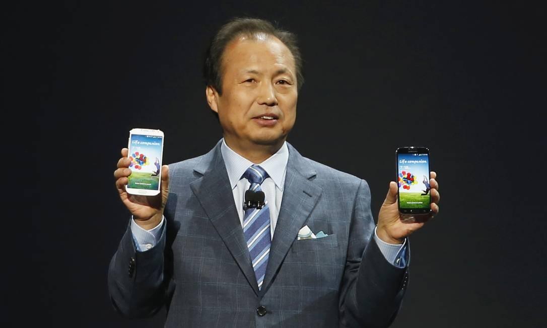 O presidente da Samsung, JK Shin, mostra o Galaxy S4: tela maior e funções não convencionais Foto: ADREES LATIF / REUTERS